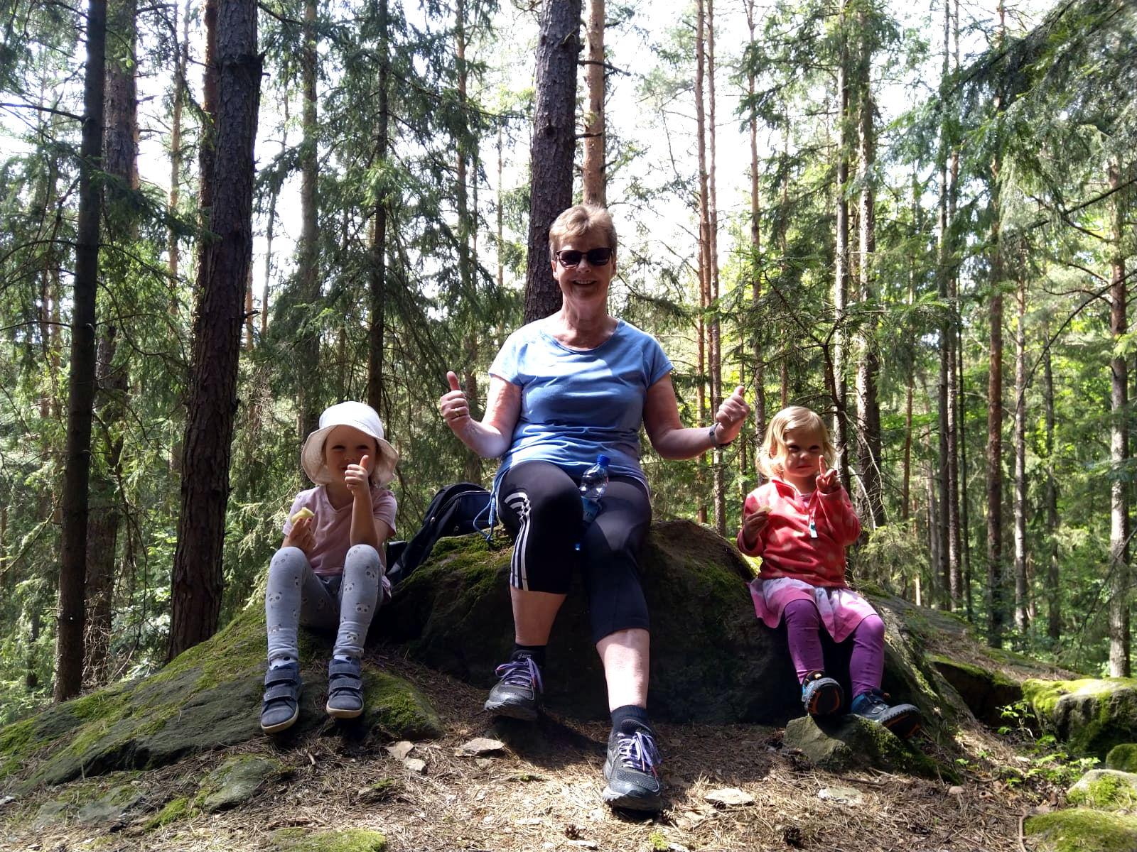 Omi Maria Haas hat nach 7 Wochen ihre Enkeltöchter Ina und Nora erstmals wieder beim Muttertagsausflug getroffen
