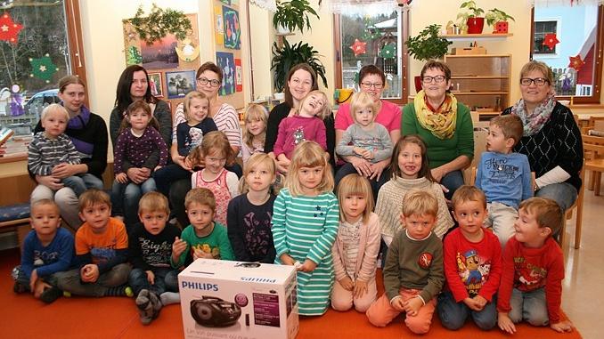 Der Kindergarten freut sich über den neuen CD-Player